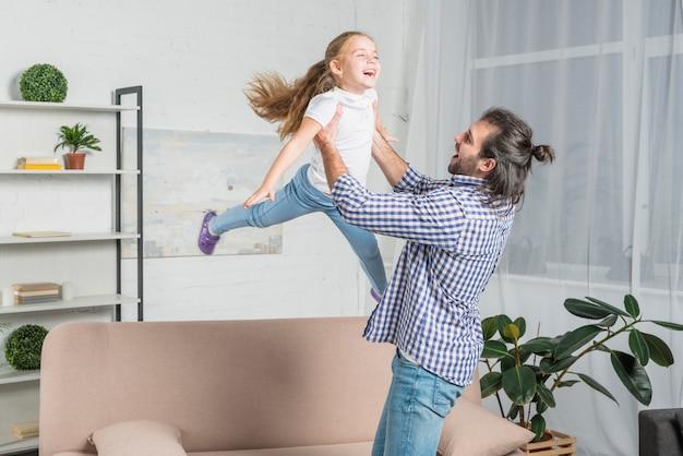 Vader speelt met haar dochter