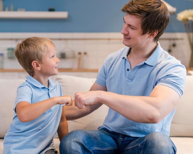 Vader speelt met schattige zoon