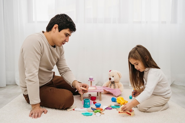 Vader speelt met zijn dochter