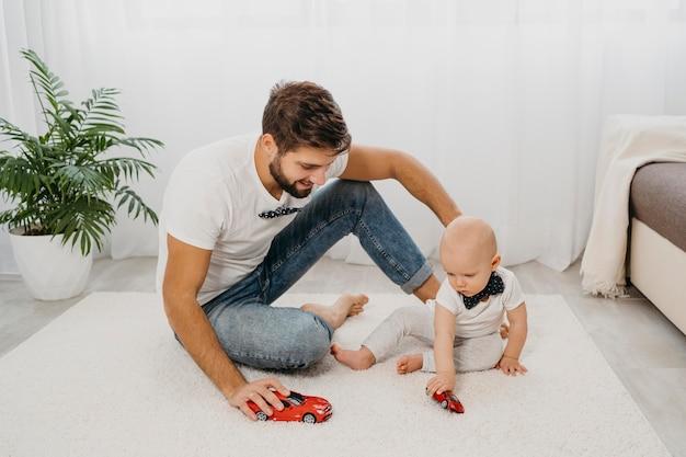 Vader spelen met baby thuis