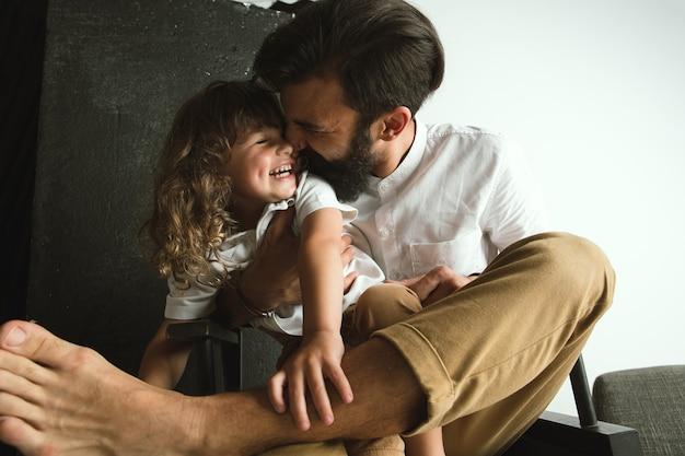 Vader spelen met jonge zoon in hun zitkamer thuis