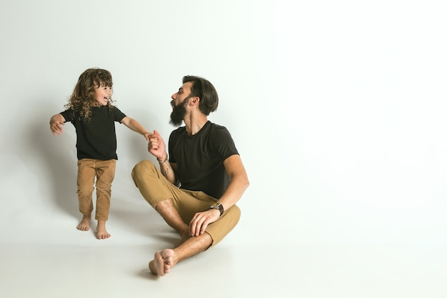 Vader spelen met jonge zoon. jonge vader plezier met zijn kinderen in vakanties of weekend. concept van ouderschap, kinderjaren, vaderdag en familierelatie.
