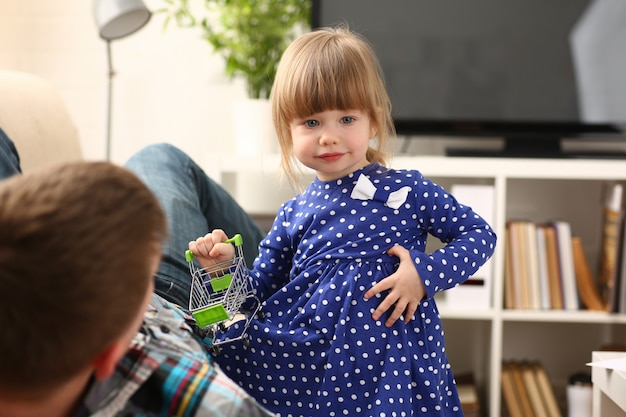Vader spelen met schattig klein meisje in blauwe jurk