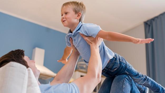 Vader spelen met schattige zoon