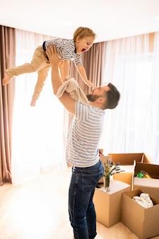 Vader spelen met zoon thuis