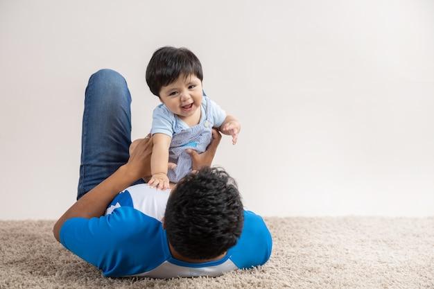 Vader spelen op de vloer met zoon op vaderdag