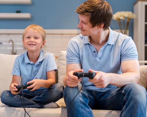 Vader spelen van videogames samen met zoon