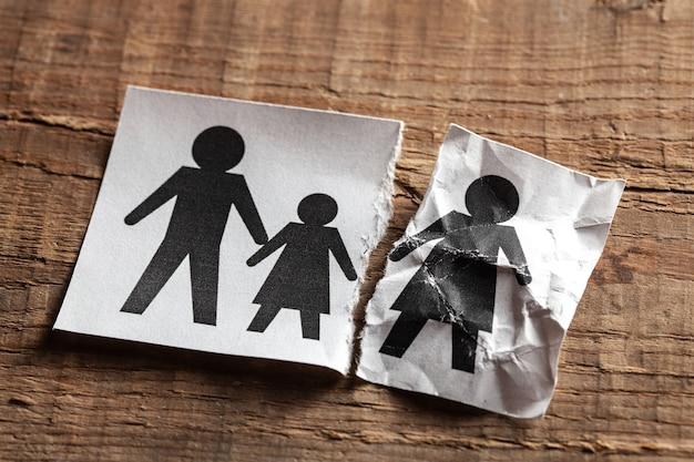 Vader stierf. dood in de familie. het kind en de moeder bleven en de vader stierf door ziekte of ongeval.