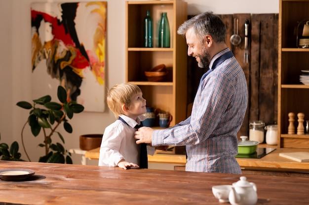 Vader stropdas stropdas aan zoontje