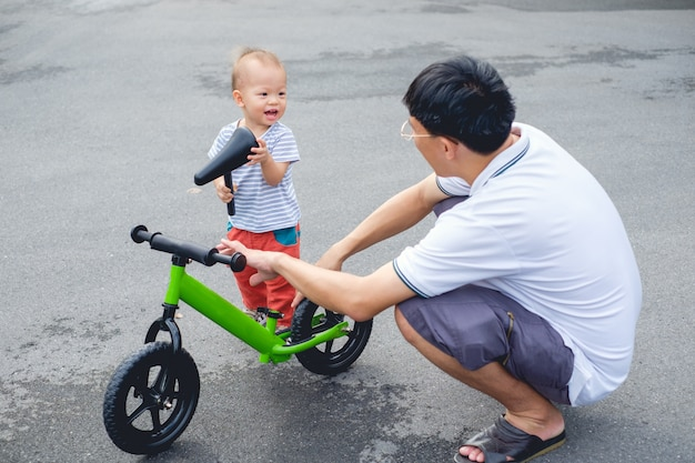 Vader tech zoon om loopfiets te rijden