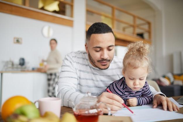 Vader tekenen met schattig klein meisje