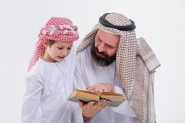 Vader uit het midden-oosten die zijn zoon onderwijst