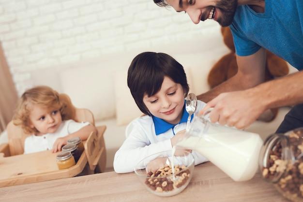 Vader van twee jongens houdt zich bezig met het opvoeden van kinderen.