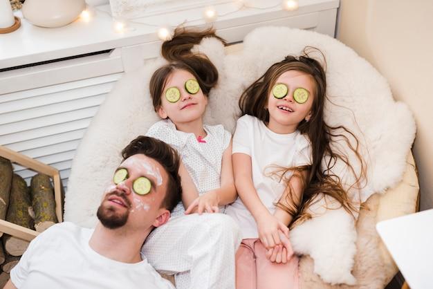 Vader viert vaderdag met dochters