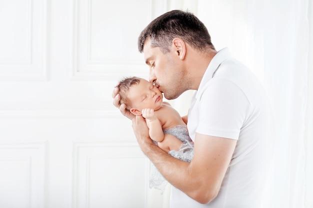 Vader zijn pasgeboren baby in handen houden