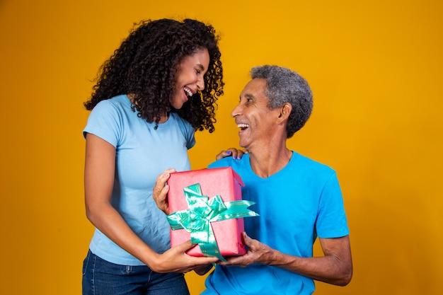 Vaderdag. gelukkige dochter die vader feliciteert en cadeau geeft