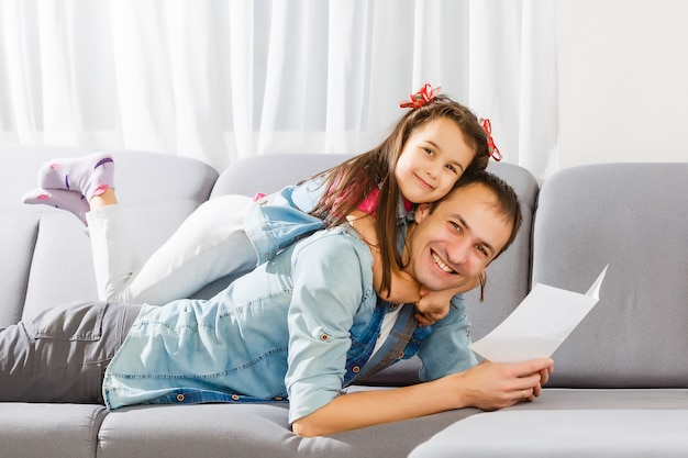 Vaderdag. gelukkige familiedochter die papa een groetkaart op vakantie geven