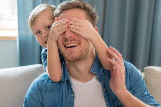 Vaderdag gelukkige vader met zijn ogen bedekt