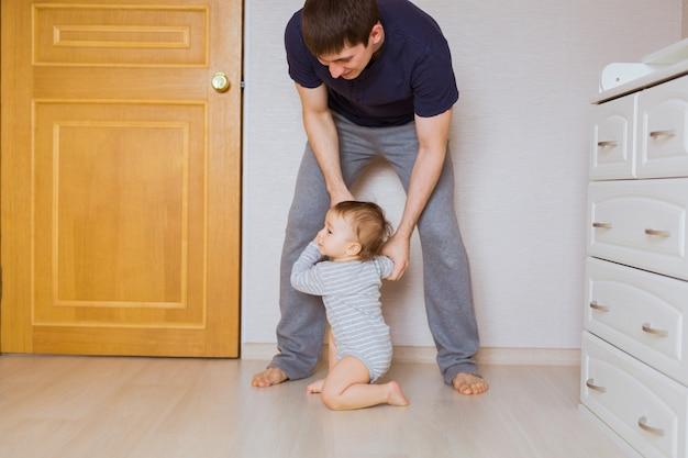 Vaderdagconcept - gelukkige familievader en babykindzoon binnenshuis.