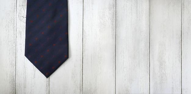 Vaderdagconceptontwerp van stropdas op houten vloerachtergrond, exemplaarruimte voor tekst.
