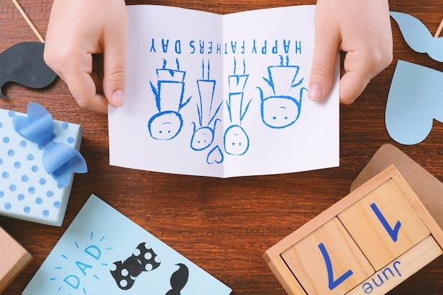 Vaderdaggroetkaart met de tekening van het kind