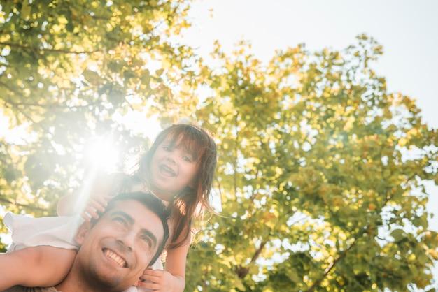 Vaders dag concept met familie buitenshuis