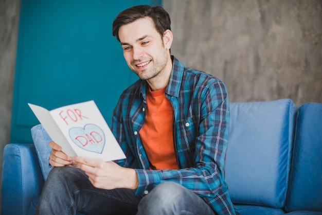 Vaders dag concept met papa lezing hand getrokken kaart