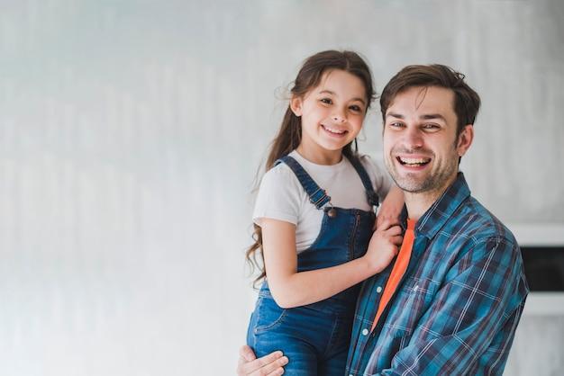 Vaders dag concept met vader dragende dochter