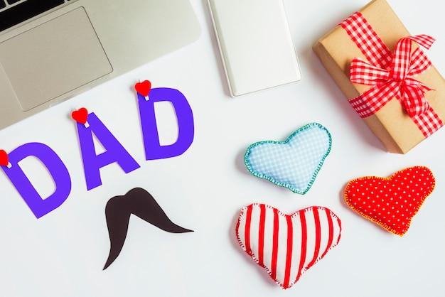 Vaders dag samenstelling met laptop en harten