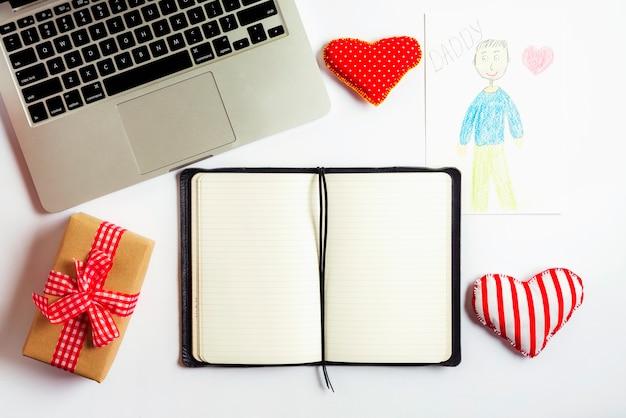 Vaders dag samenstelling met laptop en open boek
