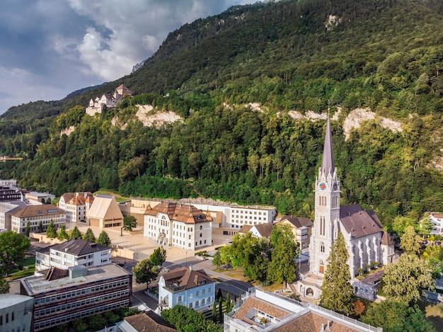 Vaduz liechtenstein hoofdstad luchtfoto van de drone.