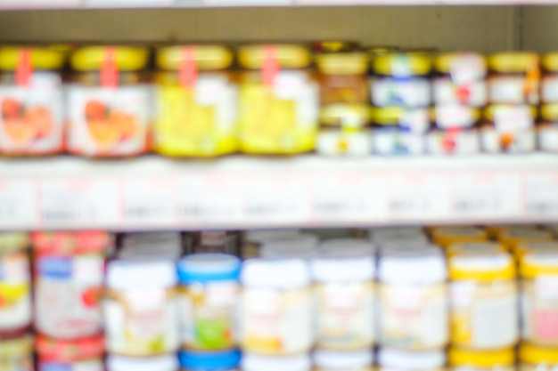 Vage achtergrond, onduidelijk beeldproducten op planken bij kruidenierswinkelopslagachtergrond, bedrijfsconcept