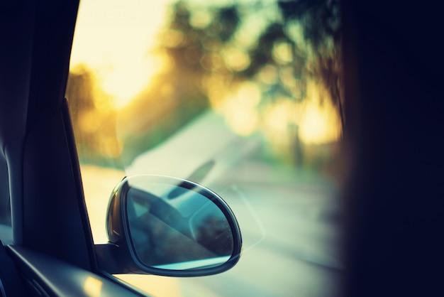 Vage actie van auto bij hoge snelheid met sunlights