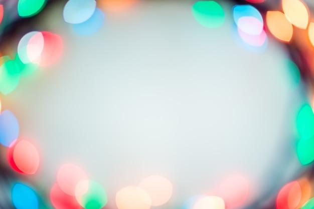 Vage bokeh kerstmislichten op warme toonachtergrond