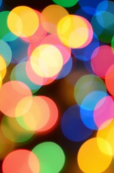 Vage feestelijke kleurrijke lichten over zwarte nuttig als achtergrond. alle hoofdkleuren inbegrepen.