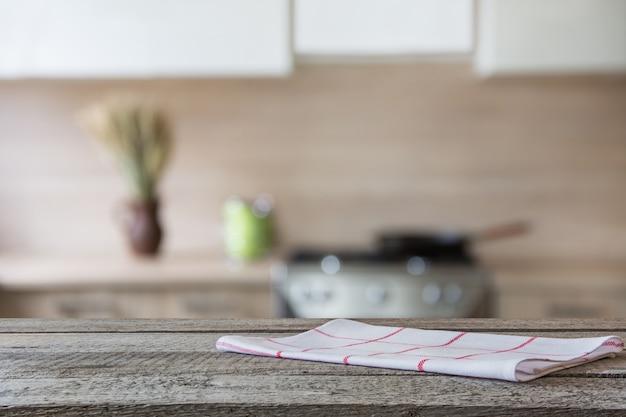Vage moderne keuken als achtergrond met houten tafelblad en ruimte