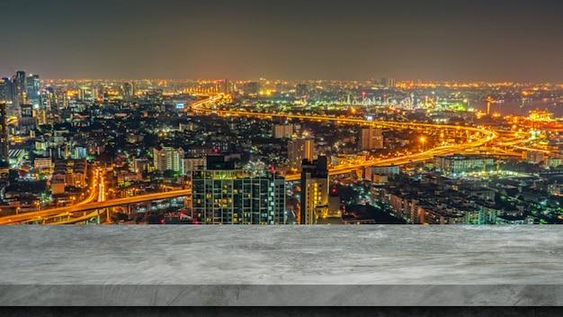 Vage stadsachtergrond met cementvloer voor vertoningsproducten.