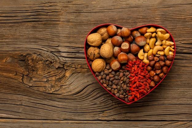 Vak met noten op houten tafel