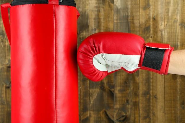 Vak opleiding en bokszak op houten tafel