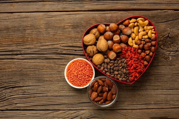 Vak van noten en kruiden op houten tafel