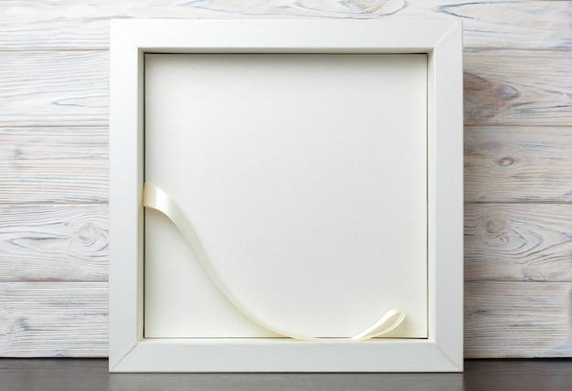 Vak voor het album van de huwelijksfoto op houten achtergrond. stijlvolle doos voor familie fotoboek met copyspace. geschenkdoos met lint met glazen deksel.