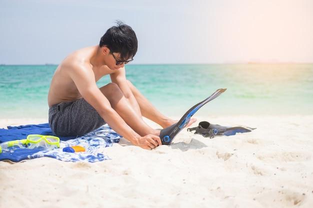 Vakantie achterkant van de mens met snorkeluitrusting