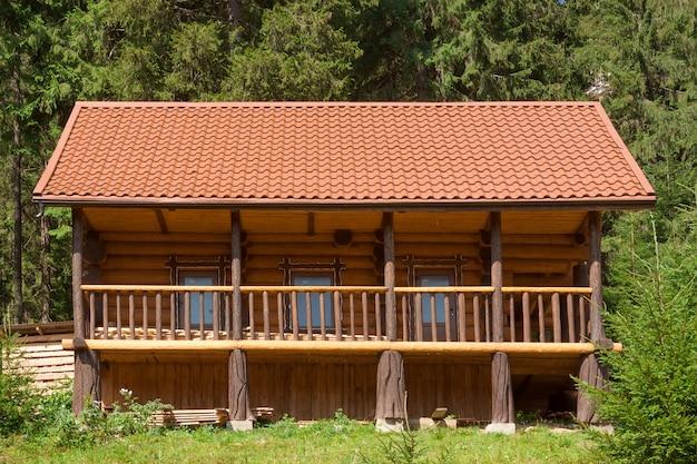 Vakantie appartement concept. houten huisje in bos extreme close-up