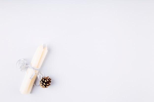 Vakantie attributen. kaarsen met zilveren lint op grijze achtergrond. bovenaanzicht. kopieer ruimte