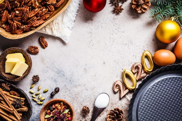 Vakantie bakken achtergrond. nieuwjaars eten. ingrediënten voor de vakantie taart op een grijze achtergrond, bovenaanzicht, kopie ruimte.