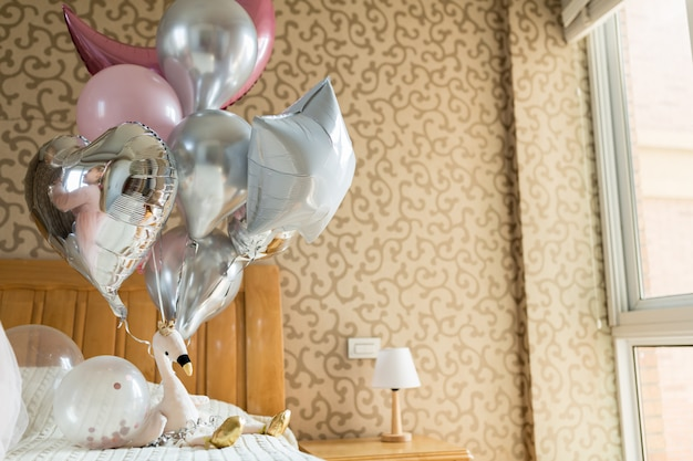 Vakantie ballonnen en flamingo speelgoed op het bed