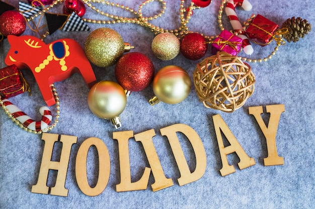 Vakantie belettering van hout met kerstballen