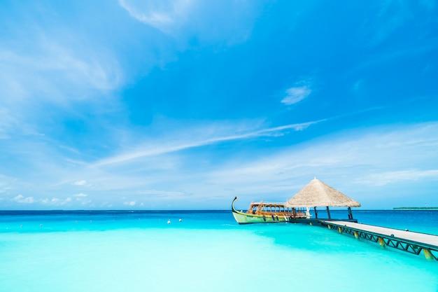 Vakantie blauwe oceaan tropisch resort