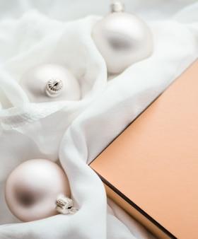 Vakantie branding gelukkig geven en decoratie concept kerstvakantie achtergrond feestelijke kerstballen ...