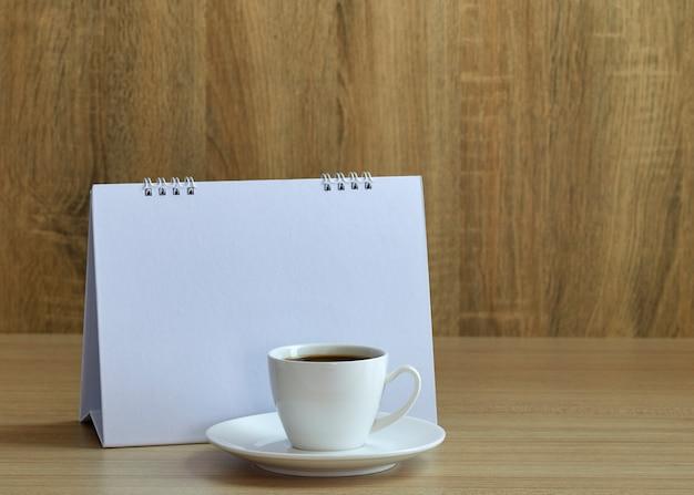 Vakantie concept koffie en lege kalender